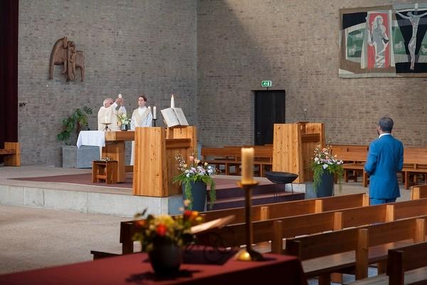 Een Een lege kerk tijdens de online Paasmis