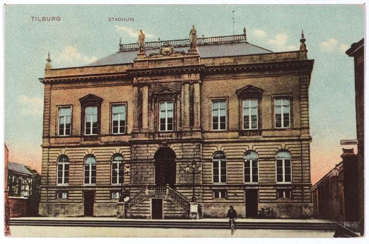 1910 Op het gemeentehuis zijn inmiddels de beelden geplaatst in 1905 Collectie Regionaal Archief Tilburg